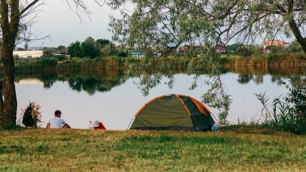 vízparti sátorozás